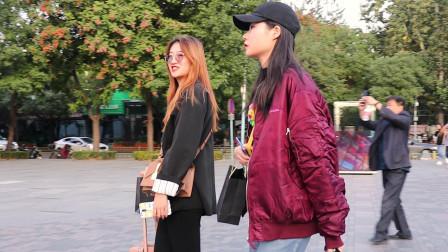 街拍:秋末冬初换季时,三里屯游人穿搭个性时