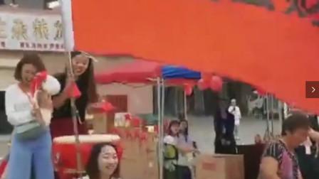搞笑视频:几个小姐姐敲锣打鼓的,准备给自己