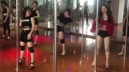 73岁老**跳钢管舞10年,身材完爆少女,网友:我