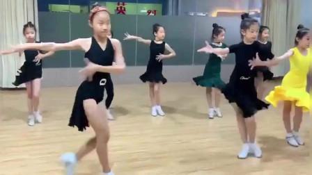 拉丁舞:一群女孩子跳伦巴,看着好养眼啊