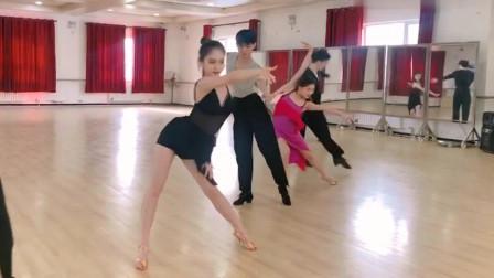 拉丁舞:伦巴solo进行时,黑衣服的小姐姐真棒