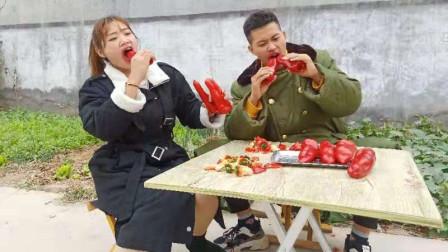 小伙和美女村头玩游戏,输的人惩罚吃辣椒,整