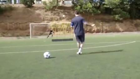 梅西训练中不可思议的进球,负角度射门队友脸
