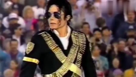 迈克尔·杰克逊演唱会开场站两分钟不动,那气势