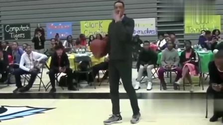 中学体育老师上演劲爆扣篮,请问还敢看不起老