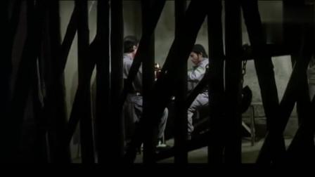 动作片 武术高手和老顽童抢夺银子 吸引狱长注意 成功逃了出去
