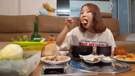 韩国美女吃播大胃王,吃猪米汤,烧猪肠烧酒