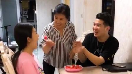 搞笑视频:男子逗老婆吃西瓜,被妈翻白眼,结