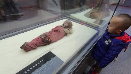 来到新疆看楼兰古尸,小孩子看到古尸一点都不
