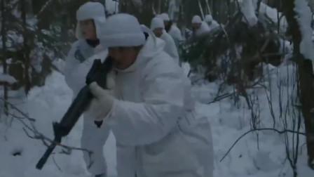 男子在雪地被追杀 不小心踩中一个捕兽夹 看着都疼