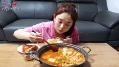 韩国美女吃播大胃王,吃辣子鱼汤豆腐鱼汤辣白