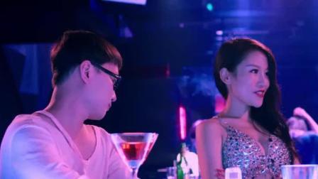 小伙正在酒吧喝酒,结果美女竟主动搭讪,这话