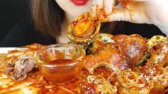 吃播:韩国美女吃货试吃辣拌鱿鱼配鲍鱼,大口