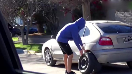 二货小伙恶搞路人,蹲车边假装偷轮胎!车主信