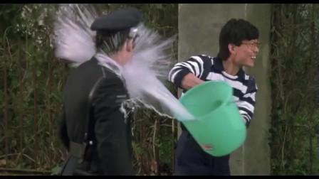 快餐车:元彪看美女入迷,竟然把水泼在警察脸