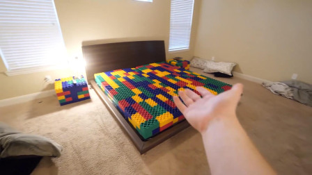 塑料积木拼成的床垫,躺上去会怎样?小伙偷偷