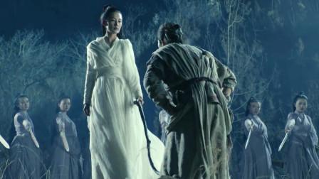 各门弟子一齐偷看陆雪琪练功 只有张小凡被抓 他还想做条鱼给师姐吃