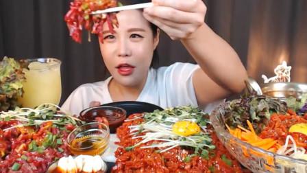 韩国美女真是会吃,生牛肉拌着生鸡蛋,大口咀