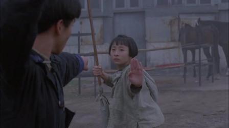 男子街上遇上小美女,二话不说直接开战,真是