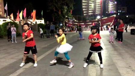 3小孩广场大跳热舞,一曲《饿狼传说》超级劲爆