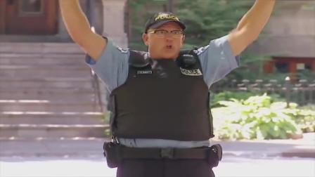 爆笑恶搞:男子把枪械遗落街头,路人捡起结果