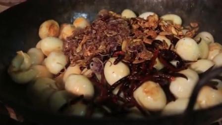 美女用大锅烹饪100多个鸡蛋,真是太厉害了