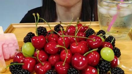 美女直播吃新鲜的大樱桃和桑葚,配上青提一口