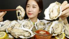 """韩国美女吃播:""""超大个生牡蛎+甜辣酱"""",看着"""