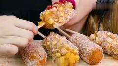 吃播:韩国美女吃货试吃脆皮拉丝炸热狗,大口
