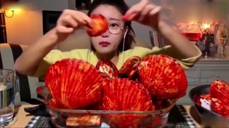 吃播:3斤重的扇贝,韩国美女一口一个,辣的过
