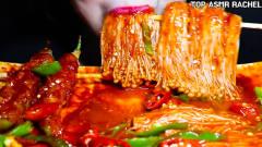 """韩国美女极限挑战吃""""爆辣""""金针菇,越吃越爽"""