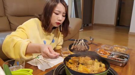 韩国美女吃播大胃王,吃羊肉串麻辣面