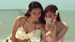 美女二人海边沙滩自拍,却不知危险正在谋划
