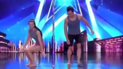 中国达人秀:情侣表演超难钢管舞,地面吻太甜