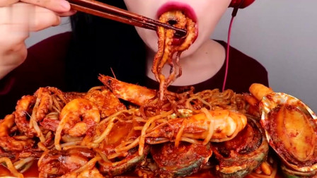 吃播:韩国美女吃货试吃辣拌鲍鱼,青口配大虾