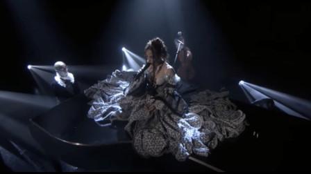 英国创作才女FKA twigs《Cellophane》现场,钢管舞惊