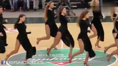 俄罗斯美女在篮球场上啦啦队,身高都是一米八