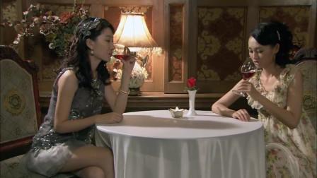 冷风暴:俩美女去酒吧喝酒,被突如其来的两个