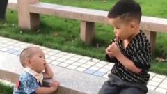 家庭幽默录像:孩子最痛苦的事,你在舔棒棒糖