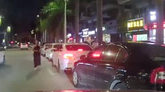司机倒车光顾着看美女,导致倒车撞到后车,旁