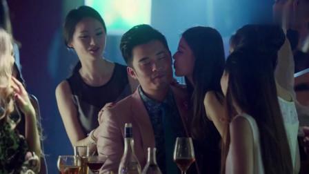 酒吧出现一高颜值美女,帅哥忍不住上前搭讪!
