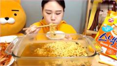 《韩国农村美食》主播卡妹吃拉面加上泡菜,这