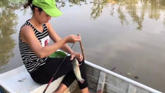 农村美女在河边搞野钓鱼,她头上的这顶绿帽子