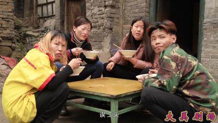 搞笑剧:食堂每天给工人吃白菜,工头鱼肉搭配