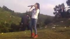 农村美女村口翻唱一首《火火的姑娘》,嗓音惊