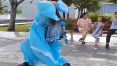 美女穿古装玩儿滑轮好,像风一样的女子,路人