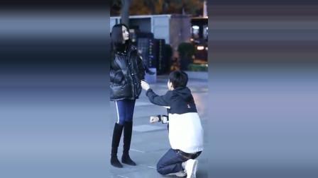 街拍:求婚时突然有美女出现,男生的表情亮了