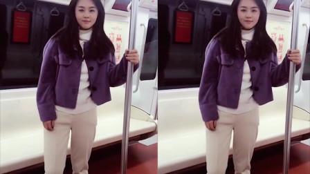 美女地铁上演可爱钢管舞,都把自己跳不好意思