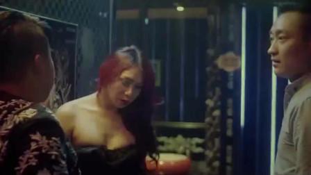 小伙酒吧撩美女,不料在男厕所看到她,一开口