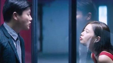 美女对着镜子热舞秀身材,不料镜子是双面的,